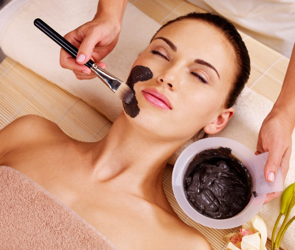 Черная маска для лица нормализует работу сальных желез и глубоко очищает поры