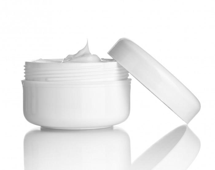 Косметическая крем-маска питает и увлажняет кожу, разглаживая мелкие морщинки на лице