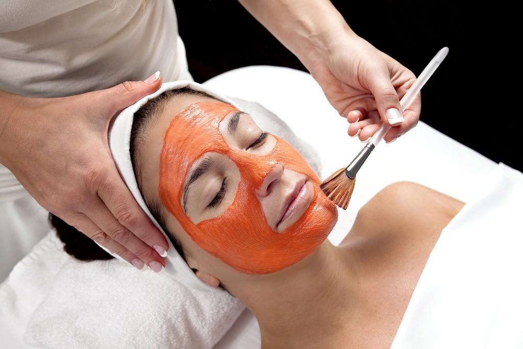 Маска из сметаны и моркови устраняет неприятный жирный блеск на лице