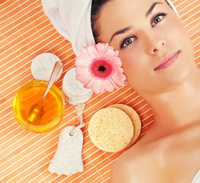 Маска с медом для лица насыщает кожу всеми полезными веществами, делая ее более молодой и подтянутой
