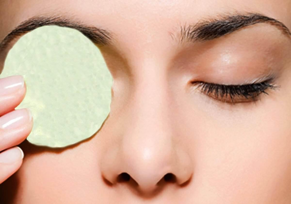Регулярным примением крахмальных масок для кожи вокруг глаз можно добиться эффекта разглаживания первых морщин