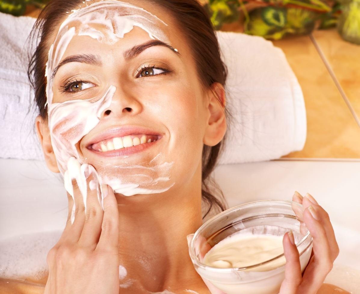После использования овсяной маски со сметаной, кожа получает заметный подтягивающий эффект