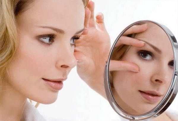 Маска из крахмала от морщин вокруг глаз также обладает омолаживающим и подтягивающим эффектом
