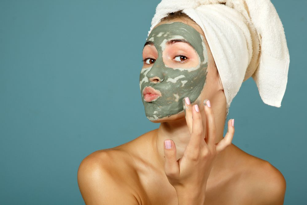 Регулярное нанесение маски из активированного угля и глины избавит кожу от прыщей и черных точек