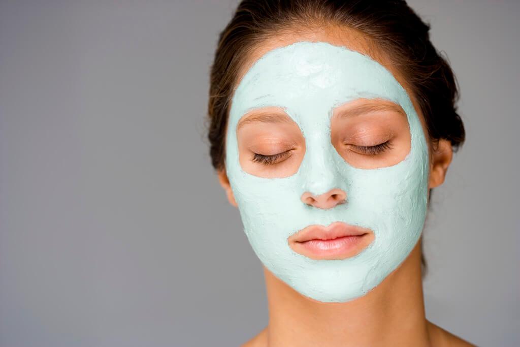 Используйте увлажняющую маску для лица лишь в том случае, если она не вызывает аллергию или раздражение