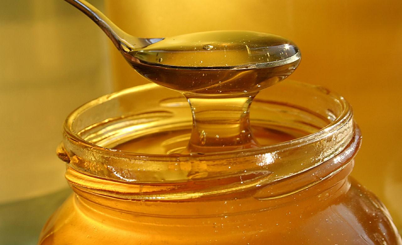 Мед является эффективным средством, которое прекрасно разглаживает и освежает кожу лица
