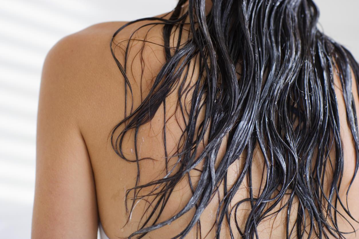 Маска из бесцветной хны и масел увлажняет волосы по всей длине