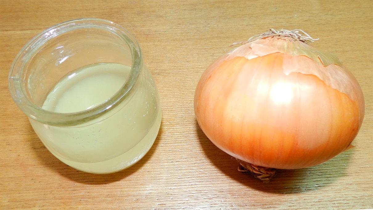 Луковый сок стимулирует волосяные луковицы, вызывая приток крови к ним, вследствие этого увеличивается рост волос