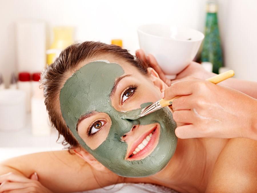 Глиняная маска не только отбеливает кожу, но одновременно подтягивает ее и делает эластичной