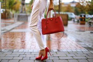 Как и с чем носить яркие красные женские сумки