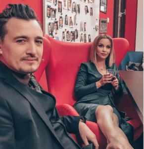 Ольга Орлова «неприлично» положила ноги на Влада Кадони