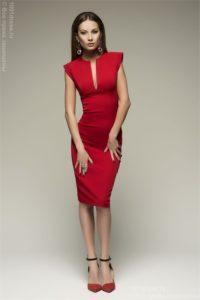 Модные и стильные фасоны платьев-футляров и с чем их носить