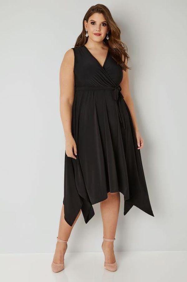 Черное приталенное платье