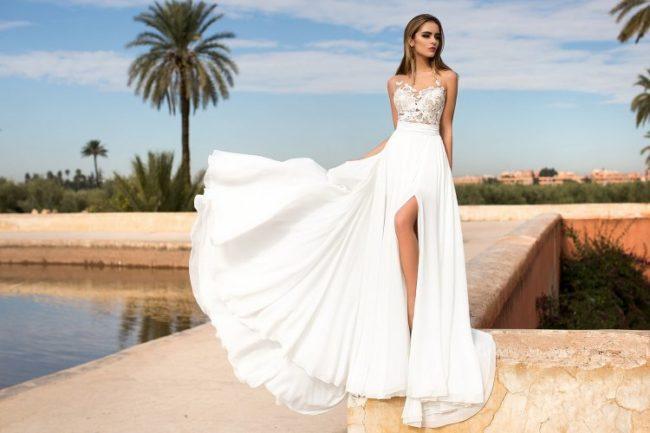 Фасоны и модели платьев с разрезом на ноге, обзор стильных образов