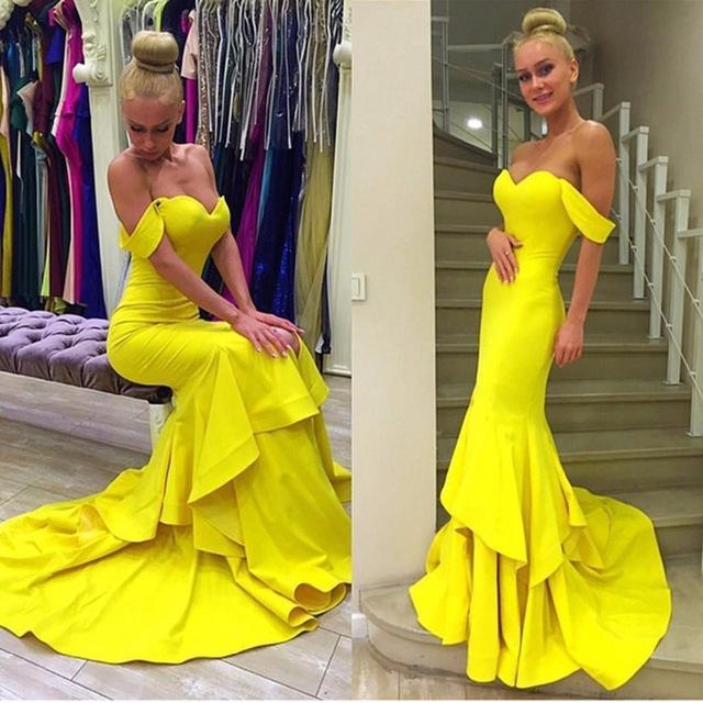 Красивые модели и фасоны желтого платья, с чем лучше носить