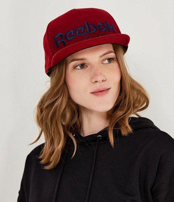 девушка в кепке Reebok