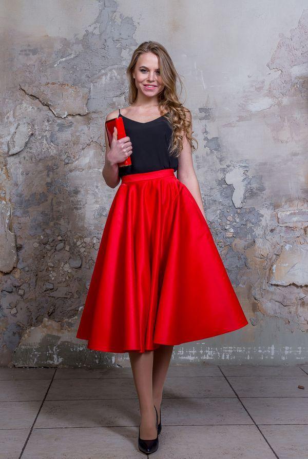 Атласная красная юбка