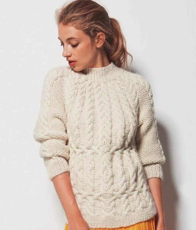 белый свитер с рукавами реглан