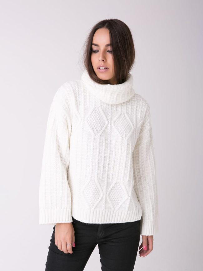 белый свитер объемный