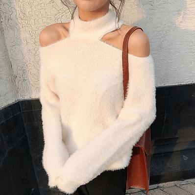 белый свитер с открытыми плечами