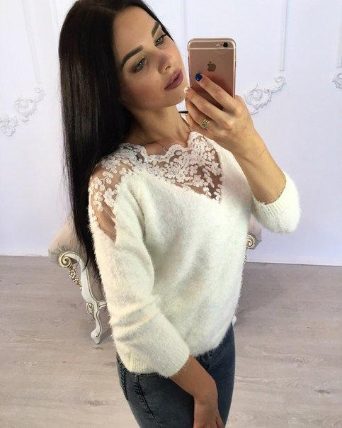 белый свитер с кружевом