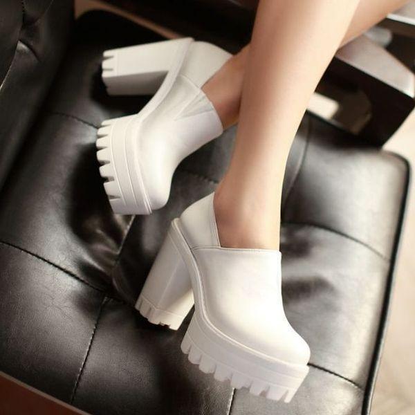 Белые ботинки на тракторной платформе