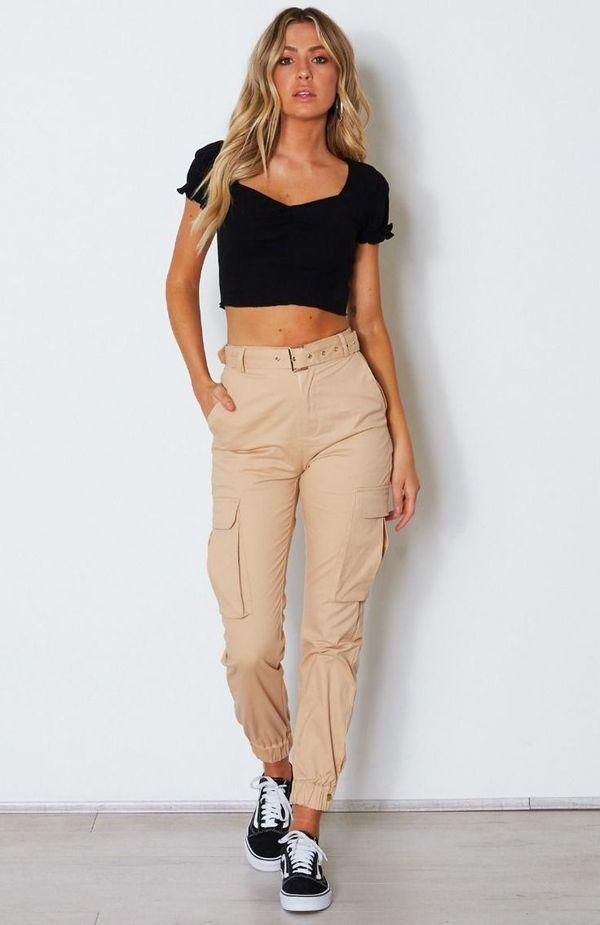 Аутфит с брюками-карго бежевые