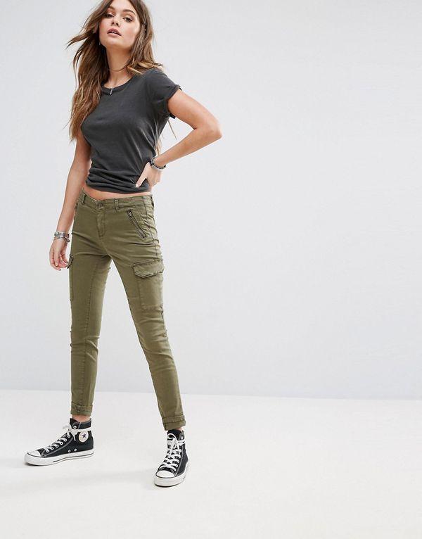 Женские брюки карго с кедами