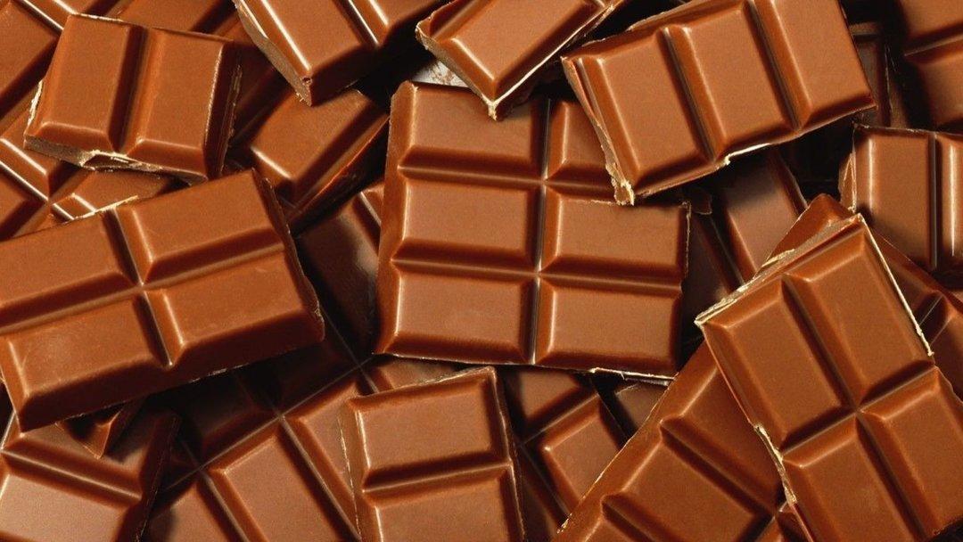 много шоколада