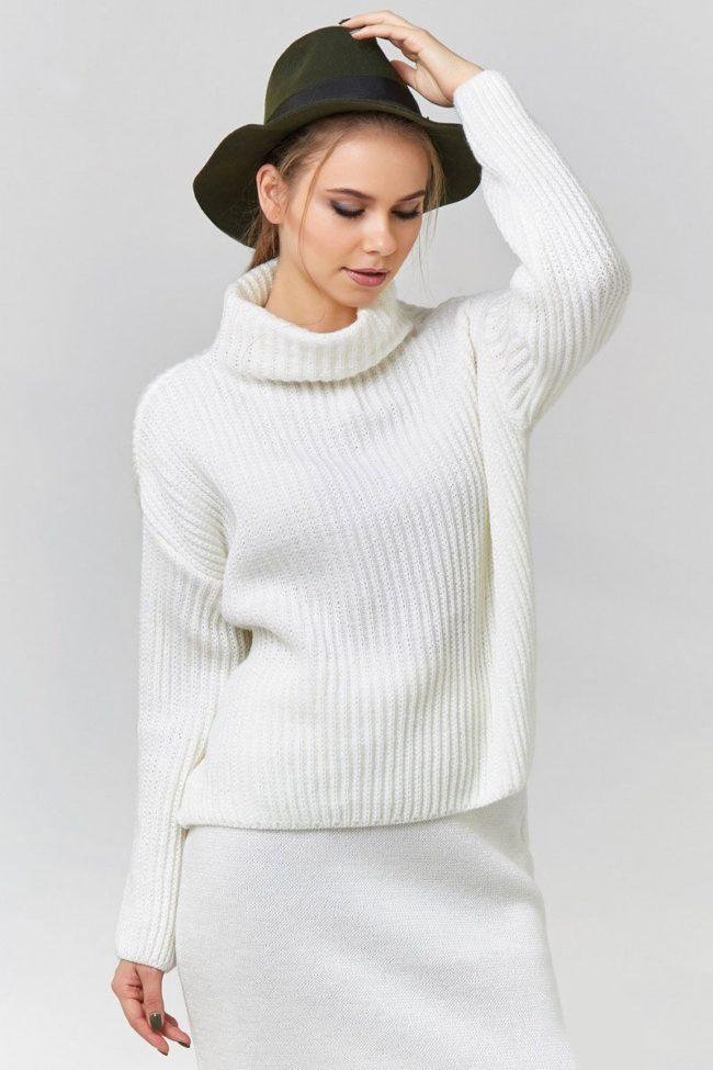 классический белый свитер