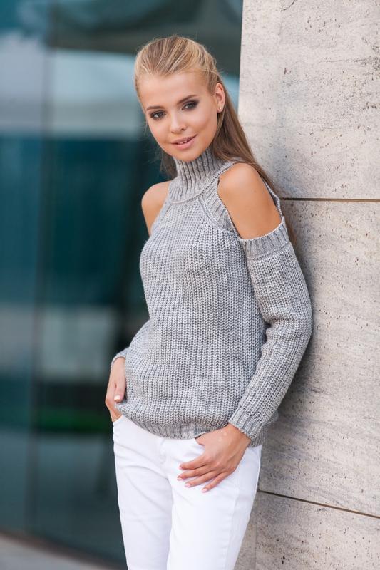 свитер с открытыми плечами