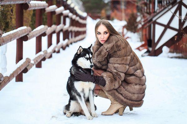 девушка в шубе с собакой