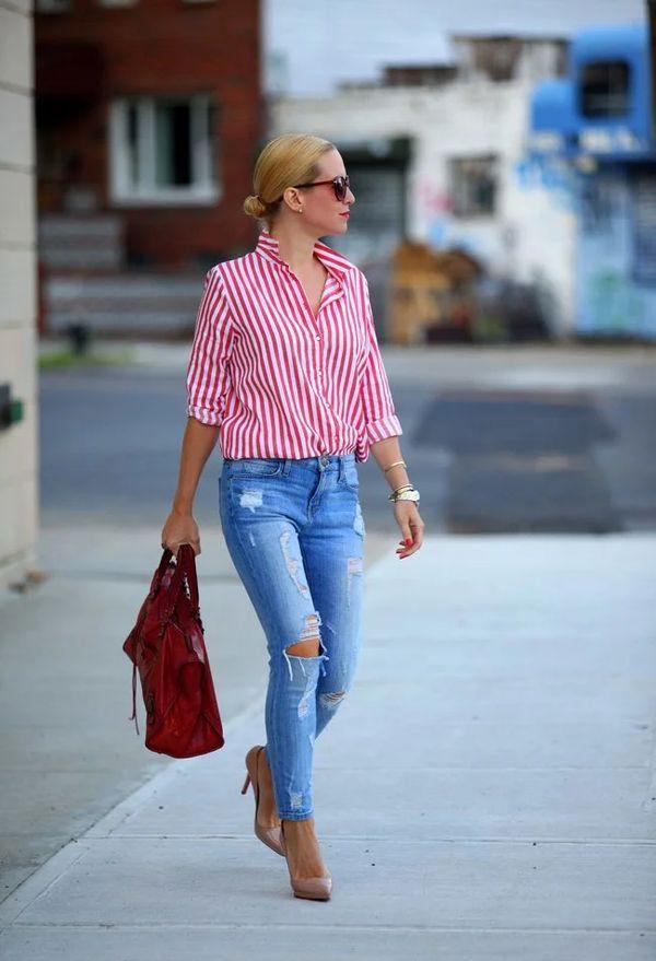 рубашка в полоску и рваные джинсы