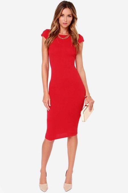красное платье-карандаш