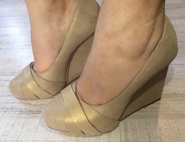 золотистые туфли на танкетке