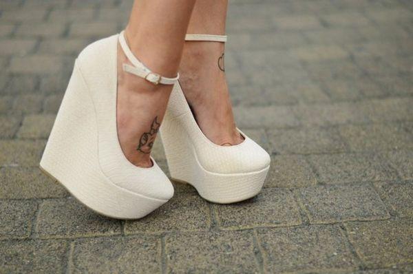 белые туфли на танкетке