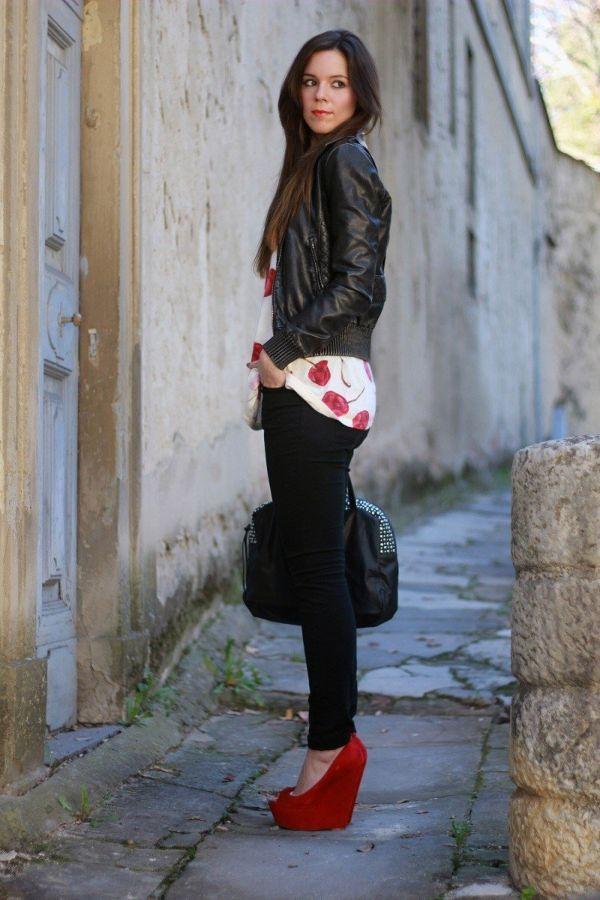 Черные джинсы с красными туфлями
