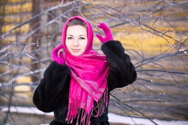Норковая шуба и пуховый яркий платок