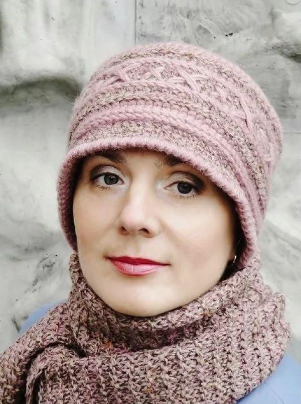 женщина в шапке