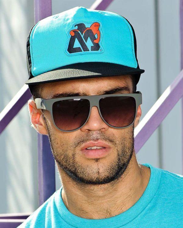 новых картинки мужик в кепке обретенная популярность принесла